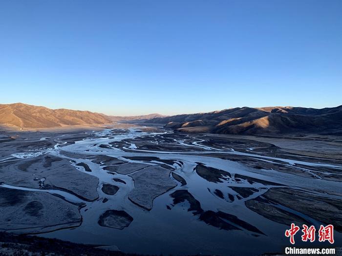 资料图为青海省果洛州达日县的黄河。中新社记者 孙睿 摄