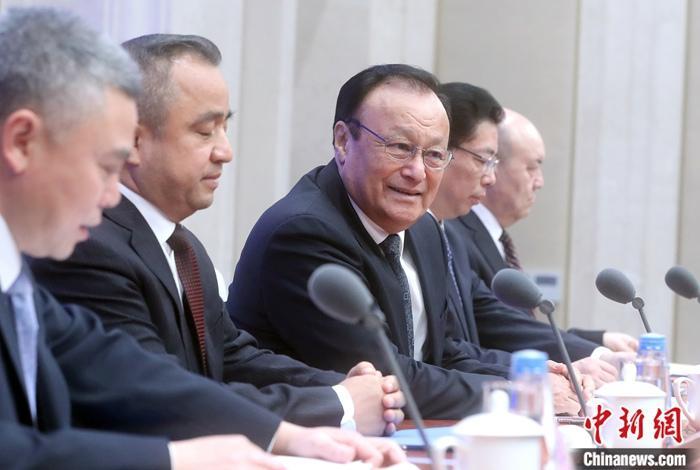 """12月9日,中国国务院新闻办公室就新疆稳定发展有关情况在北京举行新闻发布会。中共新疆维吾尔自治区委员会副书记、自治区主席雪克来提・扎克尔(中)在发布会上介绍,目前,新疆参加""""三学一去""""(学习国家通用语言文字、法律知识、职业技能和去极端化)的教培学员已全部结业。他们在政府帮助下实现了稳定就业,改善了生活质量,过上了幸福生活。中新社记者 张宇 摄"""