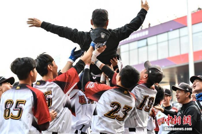 12月10日,第三届海峡两岸学生棒球联赛总决赛大学甲组决赛在深圳中山公园棒球场展开争夺,世新大学队以8比3战胜北方工业大学队夺得冠军。图为世新大学队在赛后庆祝。中新社记者 陈骥旻 摄