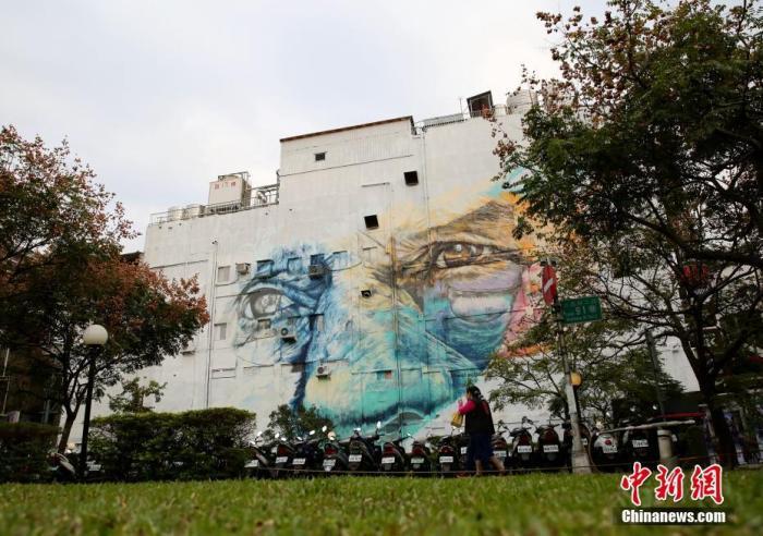 资料图:2019年12月10日,台北西门町八层戏院墙壁上的巨幅壁画在历时近一个月的绘制后终于完成。该壁画由台北弘道老人福利基金会邀请壁画艺术家创作,旨在呼吁民众爱心助老,关注独居弱势老人。中新社记者 史元丰 摄