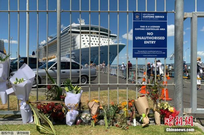 当地时间12月10日,新西兰怀特岛火山喷发第二天,不少民众来到当地港口,摆放鲜花悼念遇难者。新西兰警方10日凌晨发布消息说,已确认新西兰怀特岛火山突然喷发导致5人遇难,另有8人失踪。文字来源:国际在线