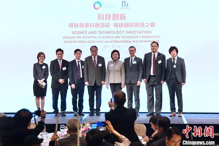 12月10日,团结香港基金总干事郑李锦芬(右四)、香港科学院院长及创院院士徐立之(左四)与嘉宾出席团结香港基金有关科技创新研究报告发布会。当天,团结香港基金发布题为《释放香港科创潜能 构建国际研发之都》的科技创新研究报告。报告建议成立跨学科和跨领域的大型研究机构,带动整个科创生态圈的发展,并列出一系列措施,协调资金、人才和合作机制三大范畴的需要,让创新成为香港经济增长的重要引擎。报告提出三点促进产学研合作机制的建议。一是制定全面的科创研发策略,增加研发资金运用的灵活性。二是建立科研人才储备,搭建科研事业阶梯。三是促进产学研合作机制,紧扣科创动力。中新社记者 李志华 摄