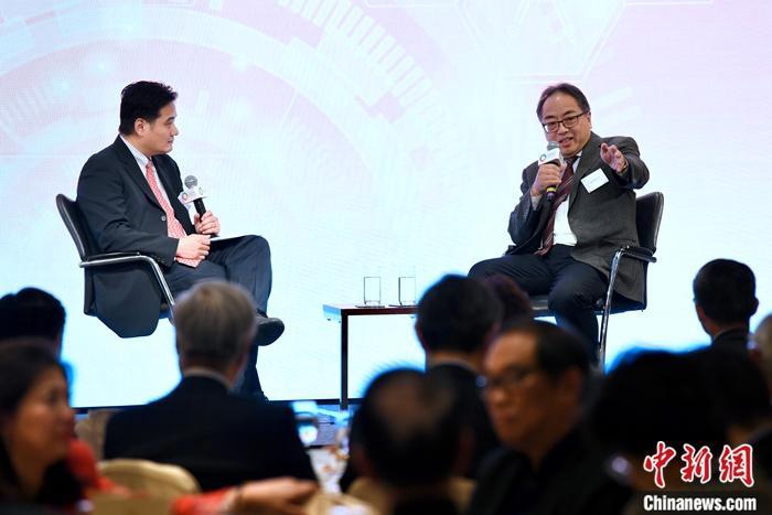 12月10日,香港科学院院长及创院院士徐立之(右)与团结香港基金副总干事兼公共政策研究院主管黄元山(左)进行对谈。团结香港基金发布题为《释放香港科创潜能 构建国际研发之都》的科技创新研究报告。报告建议成立跨学科和跨领域的大型研究机构,带动整个科创生态圈的发展,并列出一系列措施,协调资金、人才和合作机制三大范畴的需要,让创新成为香港经济增长的重要引擎。报告提出三点促进产学研合作机制的建议。一是制定全面的科创研发策略,增加研发资金运用的灵活性。二是建立科研人才储备,搭建科研事业阶梯。三是促进产学研合作机制,紧扣科创动力。中新社记者 李志华 摄