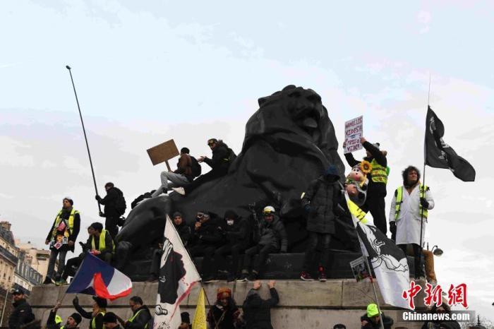 ��地�r�g12月10日,法��遭遇新一����大�T工的示威游行。大�T工已�M入第六天,�]有任何平息�E象。法���日�部��晚公布�y�����f,全法共有�s34�f人�⒓赢�天的示威游行,其中巴黎示威游行人�导s3�f人。�D�槿��在巴黎市中心示威游行。<a target='_blank' href='http://www.chinanews.com/'>中新社</a>�者 李洋 �z