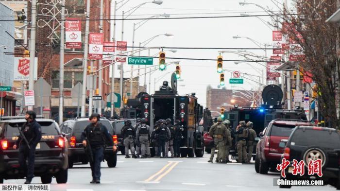 当地时间12月10日,美国新泽西州泽西市发生了激烈枪战,官方最新更新的消息称,1名警察身亡,另有3名平民遇难,2名嫌犯也在枪战中身亡。此外,还有多名警察和平民受伤。