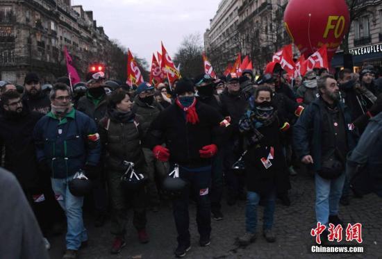 图为人们在巴黎市中心示威游行。<a target='_blank' href='http://www.chinanews.com/'>中新社</a>记者 李洋 摄