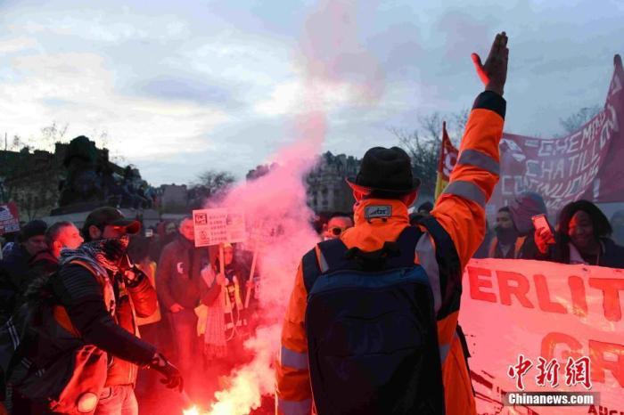 当地时间12月10日,法国遭遇新一轮回响反映大停工的示威游走。大停工已进入第六天,异国任何修整迹象。 中新社记者 李洋 摄
