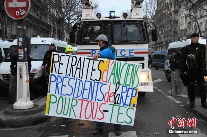 在巴黎市中央的示威者。中新社记者 李洋 摄