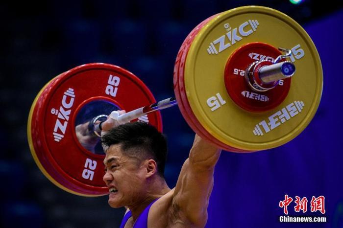 12月10日,中国队选手吕小军在男人81公斤级的角逐中夺得抓举、挺举和总后果三项亚军。当日,2019举重世界杯赛暨2020年东京奥运会资格赛在天津迎来首日角逐。/p阳光在线官网记者 佟郁 摄