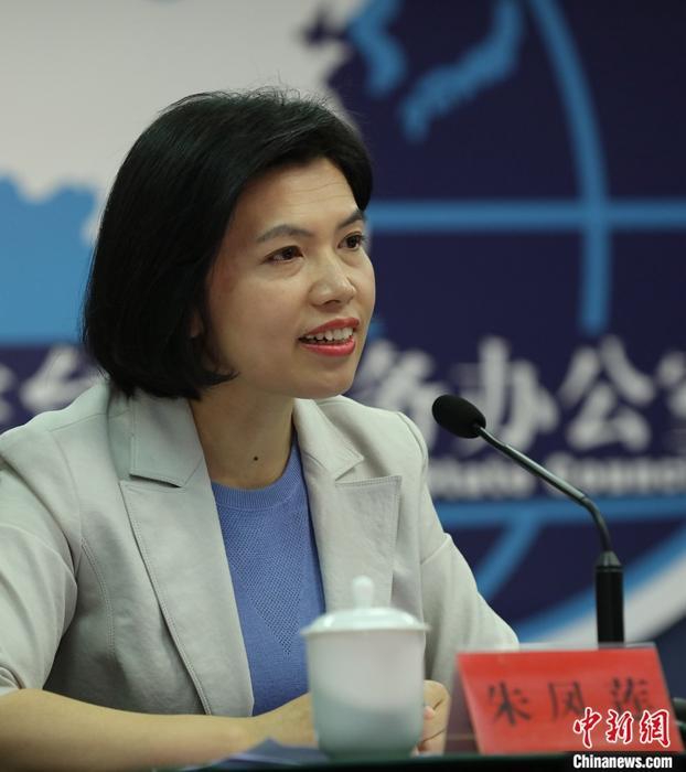 """12月11日,国务院台湾事务办公室在北京举行""""26条措施""""专题记者会。针对台湾居民明年1月1日起可在大陆参加社会保险,国务院台办发言人朱凤莲表示,这意味着在大陆就业、居住、就读的台胞可以和大陆居民一样,享受国家提供的相关福利。中新社记者 杨可佳 摄"""