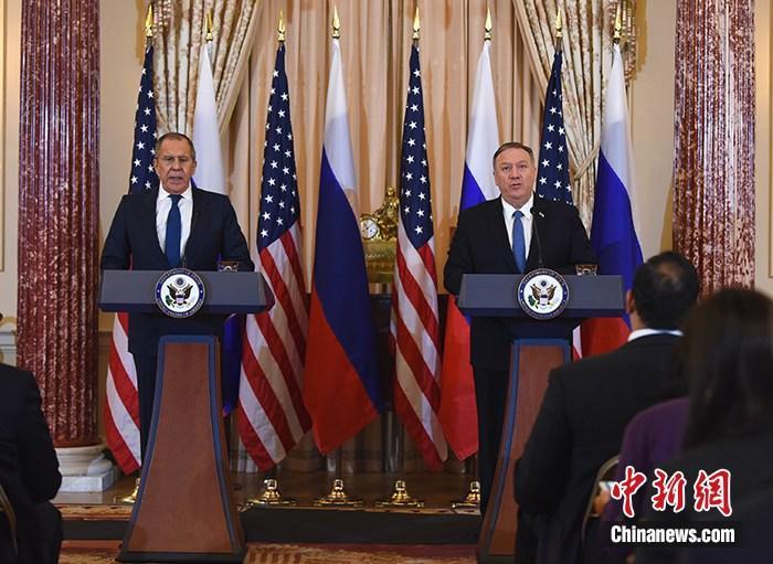当地时间12月10日,俄罗斯外长拉夫罗夫访美,并在华盛顿与美国国务卿蓬佩奥会晤。图为两人在会晤后举行联合记者会。当天下午,拉夫罗夫还将赴白宫与美国总统特朗普举行闭门会谈。中新社记者 陈孟统 摄