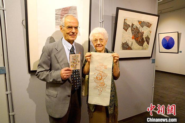 """当地时间12月10日晚,由柏林中国文化中心与中国文化和旅游部中外文化交流中心合作举办的""""合作•共赢—'一带一路'国际版画交流展""""在该中心拉开帷幕。本次展览由中国艺术研究院所发起,共展出12位中国艺术家和来自俄罗斯、印度、伊拉克、埃及等19个""""一带一路""""沿线国家的23位艺术家的37件版画作品,近百位中德观众出席了开幕式活动。<a target='_blank' href='http://www.chinanews.com/'>中新社</a>发 王娟 摄"""