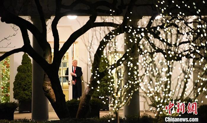 """资料图:当地时间12月10日,美国总统特朗普在白宫表示,弹劾条款对他的指控毫无根据,""""无中生有地弹劾是一种耻辱""""。图为特朗普当天晚间步出椭圆形办公室。<a target='_blank' href='http://www.chinanews.com/'>中新社</a>记者 陈孟统 摄"""