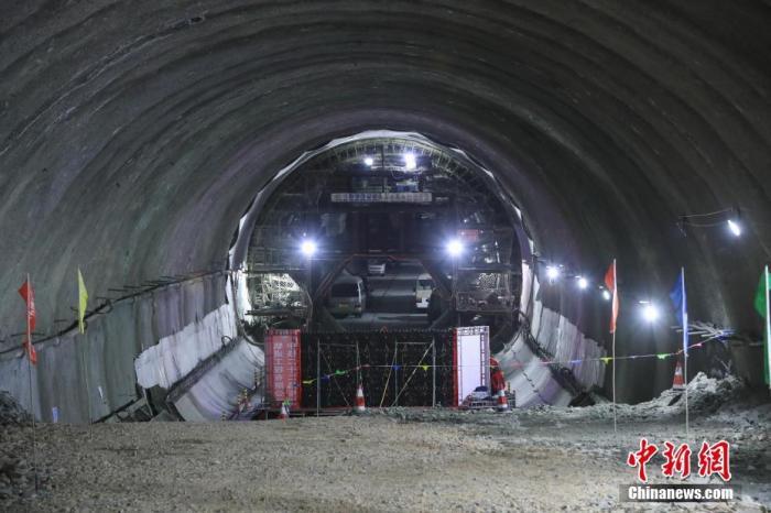 资料图:贯通后的一条隧道内部。<a target='_blank' href='http://www.chinanews.com/'>中新社</a>记者 贾天勇 摄