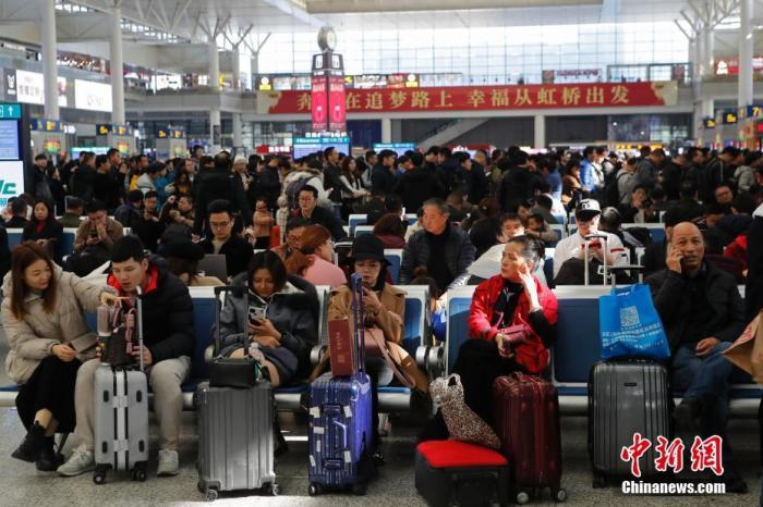 12月12日,旅客在铁路上海虹桥站排队购买车票。当日,旅客可以购买春运首日即2020年1月10日的火车票。2019年进入尾声,一年一度的春运即将拉开大幕。据悉,2020年铁路春运自1月10日开始,2月18日结束,共40天,节前15天,节后25天。图为旅客在等待进站。殷立勤 摄