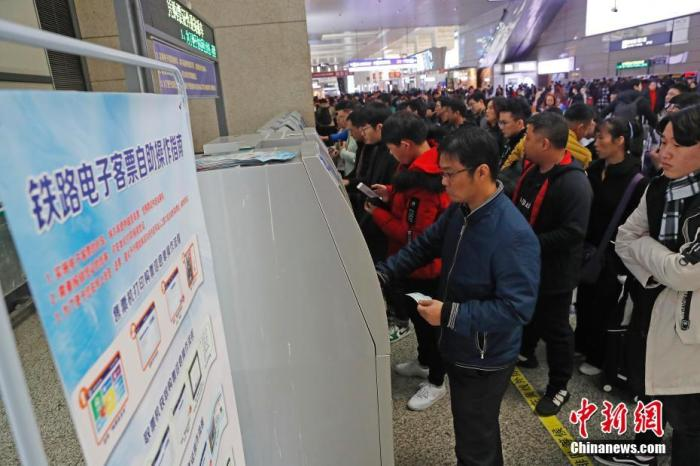 资料图:旅客排队购买火车票。殷立勤 摄