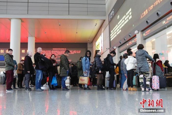 12月12日,旅客在铁路上海虹桥站排队购买车票。图为旅客在排队等待取票。殷立勤 摄