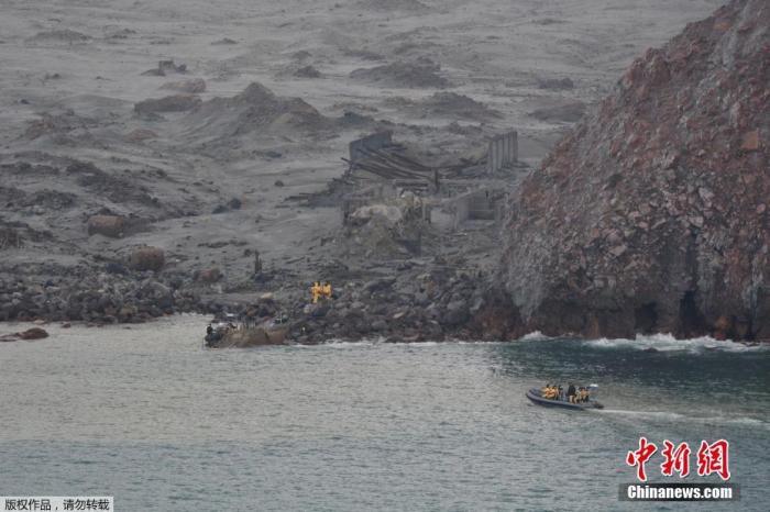 当地时间12月13日,新西兰警方称,遗体寻回小组1登上怀特岛,成功寻回6具遇难者遗体,目前暂被安置在一艘军舰上。