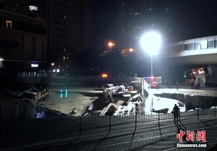 厦门一建设中地铁口附近发生地面坍塌 民众:像地震一样