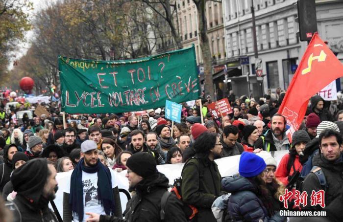 当地时间12月12日,数以千计法国民众在巴黎游行示威,反对政府退休制度改革方案。中新社记者 李洋 摄