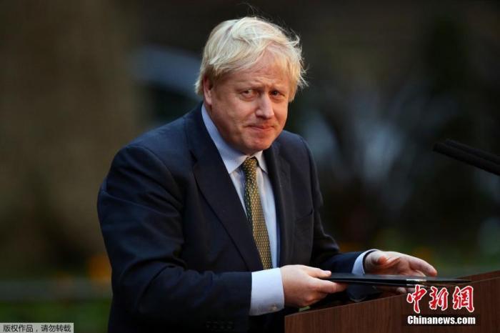 当地时间12月13日,在英国伦敦,新就任的英国首相鲍里斯·约翰逊在唐宁街10号首相府发表演讲。 保守党领袖鲍里斯·约翰逊13日在率领保守党赢得英国议会下院选举后,正式就任英国首相。约翰逊当天依惯例前往白金汉宫,接受英国女王伊丽莎白二世的邀请组建新一届内阁。