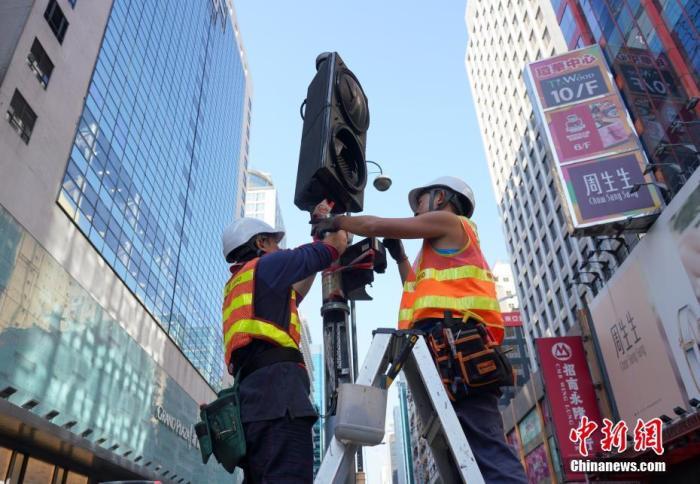 资料图:工程人员正在香港旺角弥敦道抢修早前被示威者破坏的交通信号灯。<a target='_blank' href='http://www.chinanews.com/'>中新社</a>记者 张炜 摄