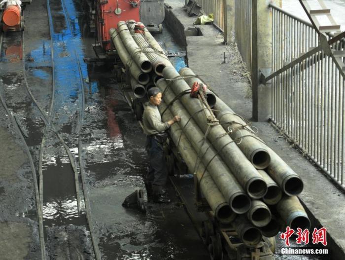 12月15日,四川珙县杉木树煤矿透水事故救援现场,即将起运的抽水管道等救援设备。中新社记者 刘忠俊 摄