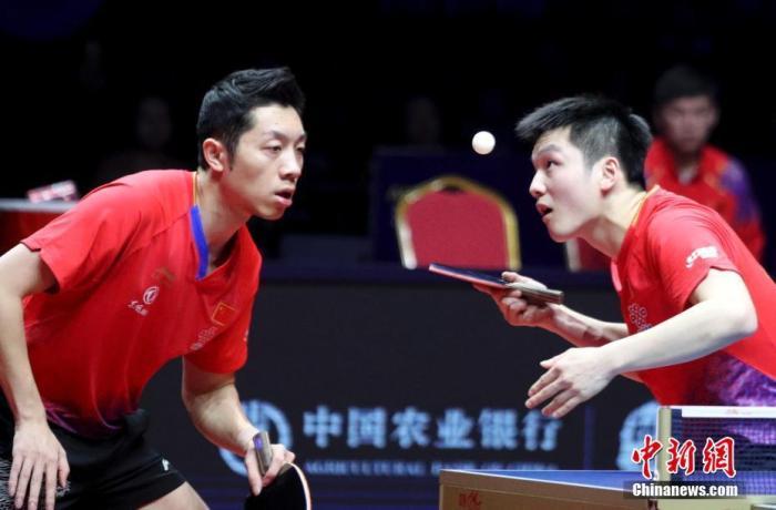 资料图:樊振东(右)/许昕在比赛中。中新社记者 王中举 摄