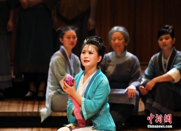 """当地时间12月14日晚,中国民族歌剧《刘三姐》唱响悉尼歌剧院,受到观众追捧。这也是该剧首次在世界巡演。该剧由中国歌剧舞剧院携手""""歌仙""""刘三姐故乡的桂林市文艺演出有限公司倾力打造。图为演出现场。/p中新社发 姜长庚 摄"""