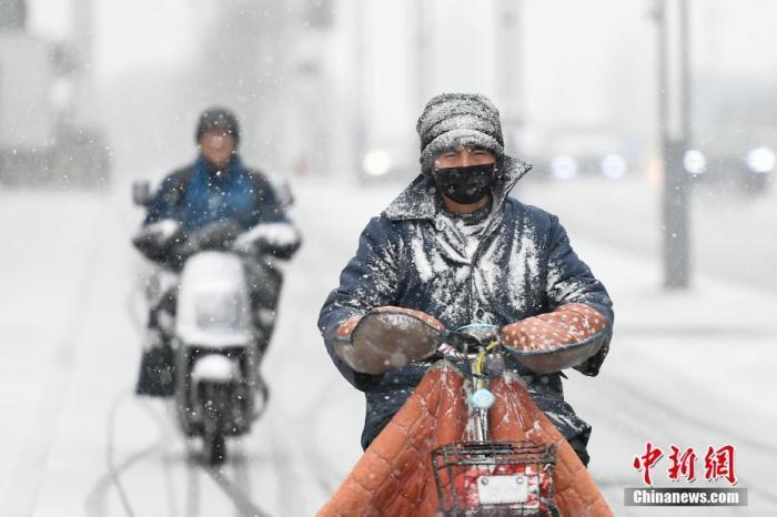 資料圖:市民冒雪出行。韋亮 攝