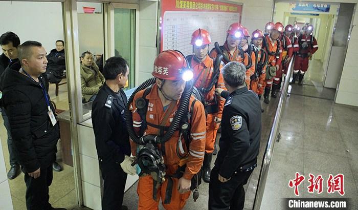 """12月15日,四川珙县,救援人员进行下井前的安检。当日,四川宜宾珙县杉木树煤矿""""12・14""""透水事故现场召开第二次新闻通气会。据悉,截至当日17时,确认4人遇难,14人仍然失联,井下水位呈每小时445毫米速度上涨。中新社记者 刘忠俊 摄"""