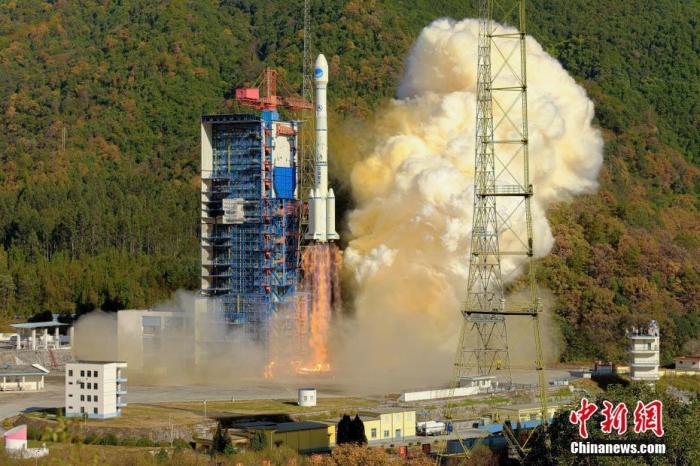 """北京时间12月16日15时22分,中国在西昌卫星发射中心用长征三号乙运载火箭(及配套远征一号上面级),以""""一箭双星""""方式成功发射第52、53颗北斗导航卫星。至此,所有中圆地球轨道卫星全部发射完毕,此举标志着北斗三号全球系统核心星座部署完成,将进一步提升系统服务性能和用户体验,为实现全球组网奠定坚实基础。郭文彬 摄"""
