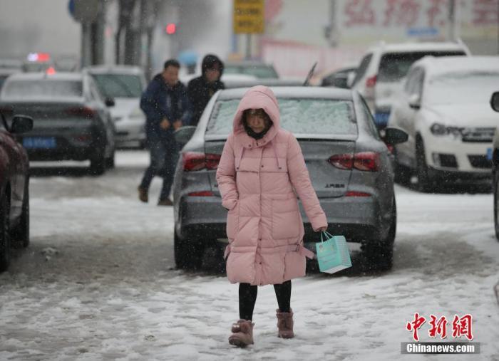 资料图:市民冒雪出行。 <a target='_blank' href='http://www.chinanews.com/'>中新社</a>记者 于海洋 摄
