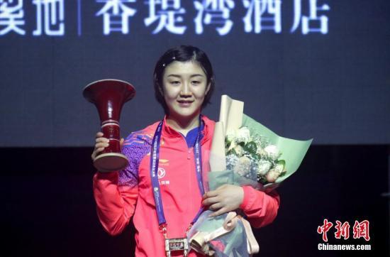 12月15日,在河南郑州进行的2019国际乒联世界巡回赛总决赛女子单打决赛中,中国选手陈梦以4比1战胜队友王曼昱,夺得冠军。图为陈梦登上冠军领奖台。中新社记者 王中举 摄