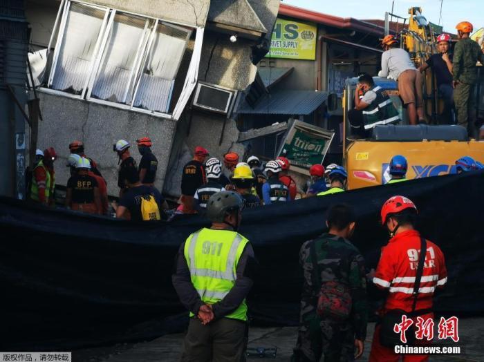 当地时间12月15日,菲律宾棉兰老岛南部帕达达镇发生6.9级地震,造成大面积停电及建筑倒塌,截至目前,已有4人死亡、14人受伤。
