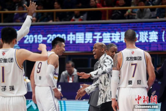 12月15日,北京控股队主教练马布里与队员庆祝。当日,在2019-2020赛季中国男子篮球职业联赛(CBA)常规赛第17轮比赛中,北京控股队主场126比111胜广东东莞银行队。记者 韩海丹 摄