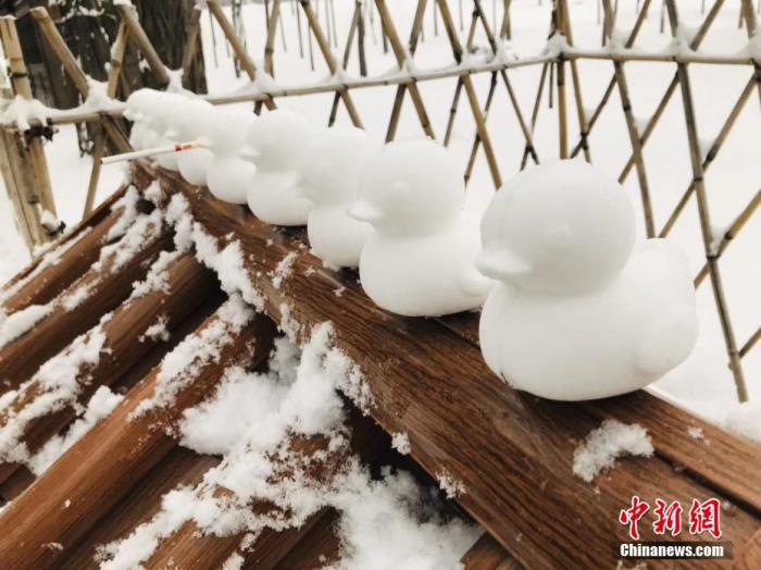 12月15日夜间到16日白天,河北省承德市出现强降雪天气,截至目前,全市平均降水量已达5.7毫米。每到下雪天气,避暑山庄及外八庙林木落白飞檐披雪,总能成为游人打卡拍照的热门地点。图为避暑山庄内游客堆起的小鸭子。张桂芹 摄