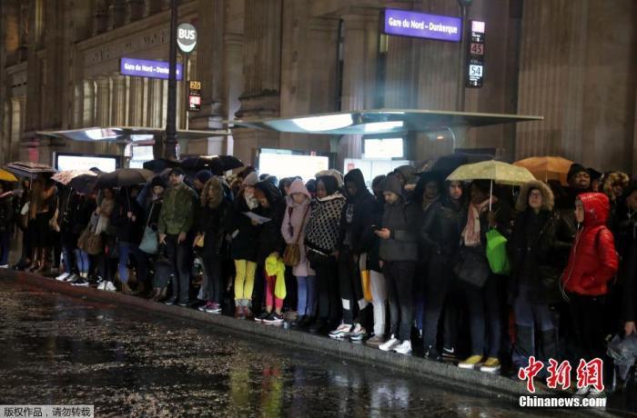当地时间12月16日,法国大罢工已进入第12天,巴黎大区的道路拥堵长达600多公里。