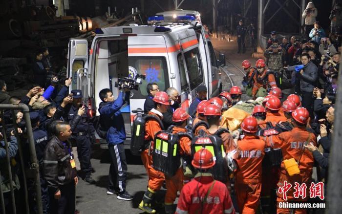资料图:被困矿工由救援人员用担架抬出,随后被救护车送往当地医院。中新社记者 刘忠俊 摄