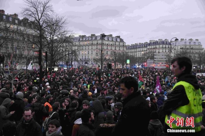 当地时间12月17日,数以万计法国民众在巴黎游行抗议政府退休制度改革方案。中新社记者 李洋 摄