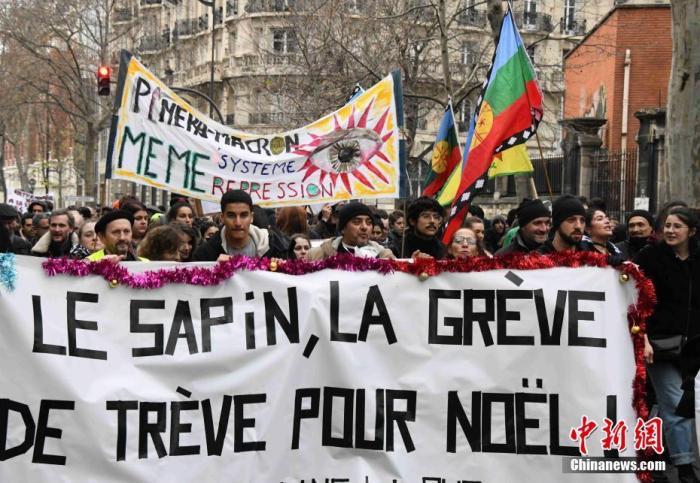 资料图:当地时间2019年12月17日,数以万计法国民众在巴黎游行抗议政府退休制度改革方案。法国官方统计当天在巴黎有7.6万人参与游行抗议,工会方面称有35万人参与。/p中新社记者 李洋 摄