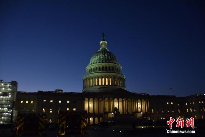 当地时间12月18日晚,美国国会众议院表决通过两项针对美国总统特朗普的弹劾条款,特朗普被正式弹劾。图为当晚的国会山。中新社记者 沙晗汀 摄
