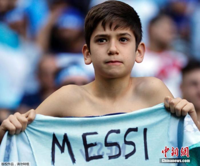2019年6月23日,巴西阿雷格里港,美洲杯小组B组,在阿根廷对阵卡塔尔的比赛前,阿根廷小球迷手持一件印有梅西名字的T恤。