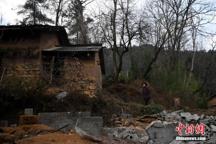 资料图:一名贫困老人在她的老宅子前。 <a target='_blank' href='http://www.chinanews.com/'>中新社</a>记者 康平 摄