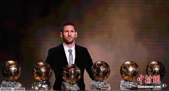 北京时间2019年12月3日凌晨,2019年金球奖悬念揭晓,32岁的阿根廷球星梅西生涯第6次当选,获奖次数超越C罗,排名历史第一。他曾在2009-2012年获得过金球奖四连庄,并在2015年第5次获奖,今年是梅西时隔4年再次获得金球奖。
