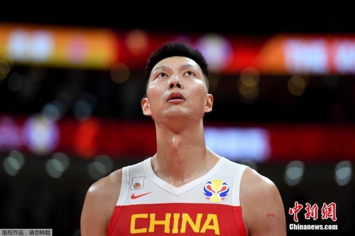 2019年9月8日,中国男篮在世界杯小组赛第二阶段的最后一场比赛中,73-86不敌尼日利亚,失去了直通东京奥运会的资格。在比赛中,30多岁的老将易建联拼到最后一刻,全场拿到了27分6篮板。这也是易建联国家队生涯中第一次担任队长,却以这样一种方式告别了世界杯。