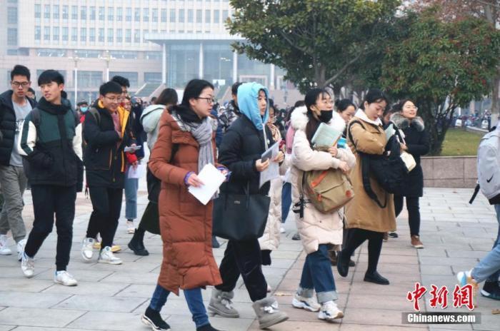 资料图:参加研究生招生考试的考生陆续走进考场。韩章云 摄
