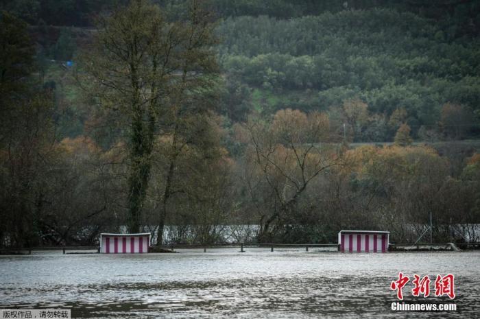 2019年12月21日,西班牙西北部大雨后,河流水位上涨淹没大量土地。