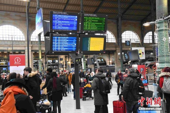 法国大罢工导致民众出行困难。巴黎公交公司呼吁民众取消或更改出行计划。 中新社记者 李洋 摄