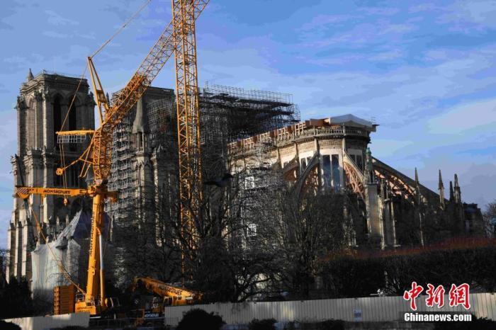 当地时间12月22日,巴黎圣母院修复工作紧张进行中。尽管圣诞节即将来临,修复仍在继续。巴黎圣母院管理部门证实,该教堂今年不举行圣诞弥撒,这是自1803年以来首次。中新社记者 李洋 摄